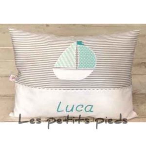 Das weiche Kissen mit aufgesticktem Namen und einer Segelbootapplikation ist ein absoluter Hingucker in jedem Baby- oder Kinderzimmer. Auch ein wunderbares Geburts- oder Taufgeschenk!